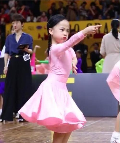 """6岁女娃参加千赢体育官方网站比赛,放飞自我,气势十足成全场""""焦点"""""""